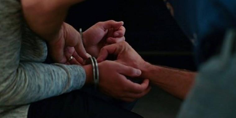 Líder de máfia arranca e engole o dedo de um guarda na prisão