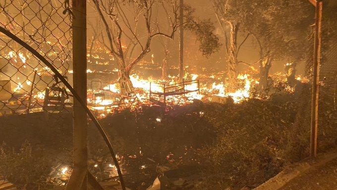 Campo de refugiados superlotado pega fogo em Lesbos, na Grécia (Foto: Twitter)