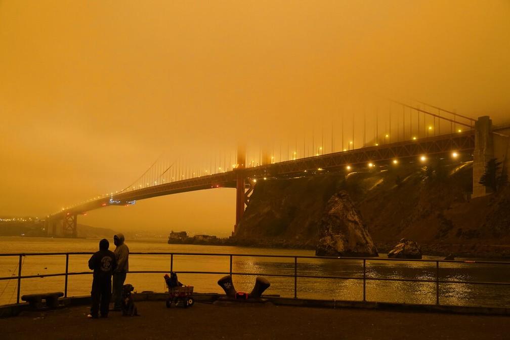 Fumaça de incêndios florestais escurece o céu na Califórnia  - Imagem 1