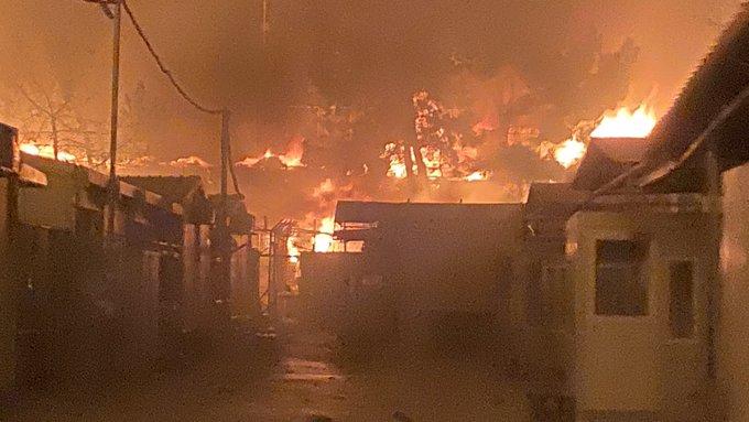 Campo de refugiados superlotado pega fogo em Lesbos, na Grécia (Foto: Twitter)Campo de refugiados superlotado pega fogo em Lesbos, na Grécia (Foto: Twitter)