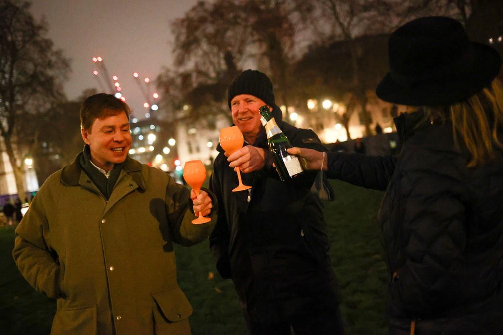 Grupo comemora em Londres, Reino Unido, a chegada de 2021 (Foto: Reuters)