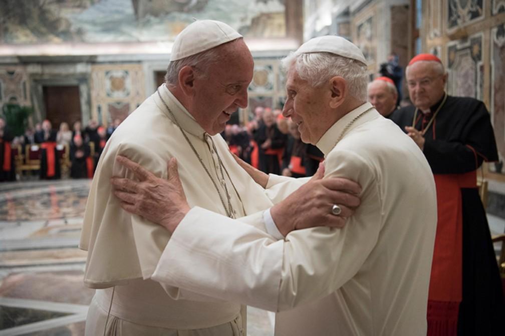 """Papa Francisco (esq) com seu antecessor no cargo, Bento 16 em imagem de 2016 — Foto: L""""Osservatore Romano/AP"""