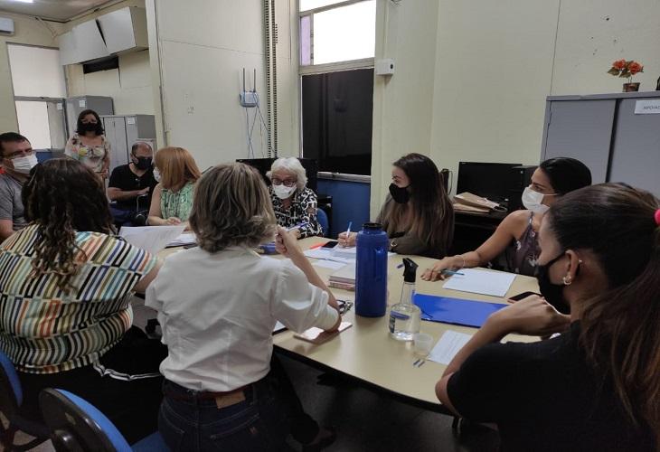 Equipe da Fundação Municipal de Saúde reunida para definir os detalhes da vacinação / foto: Ascom FMS