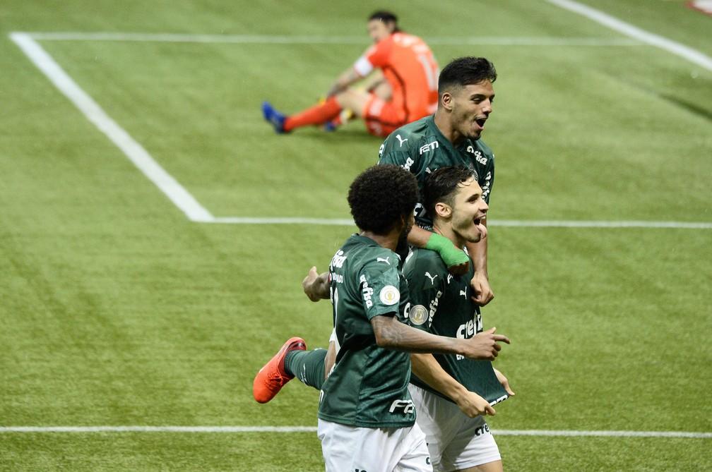 Jogadores do Palmeiras comemoram enquanto Cássio lamenta ao fundo — Foto: Marcos Ribolli