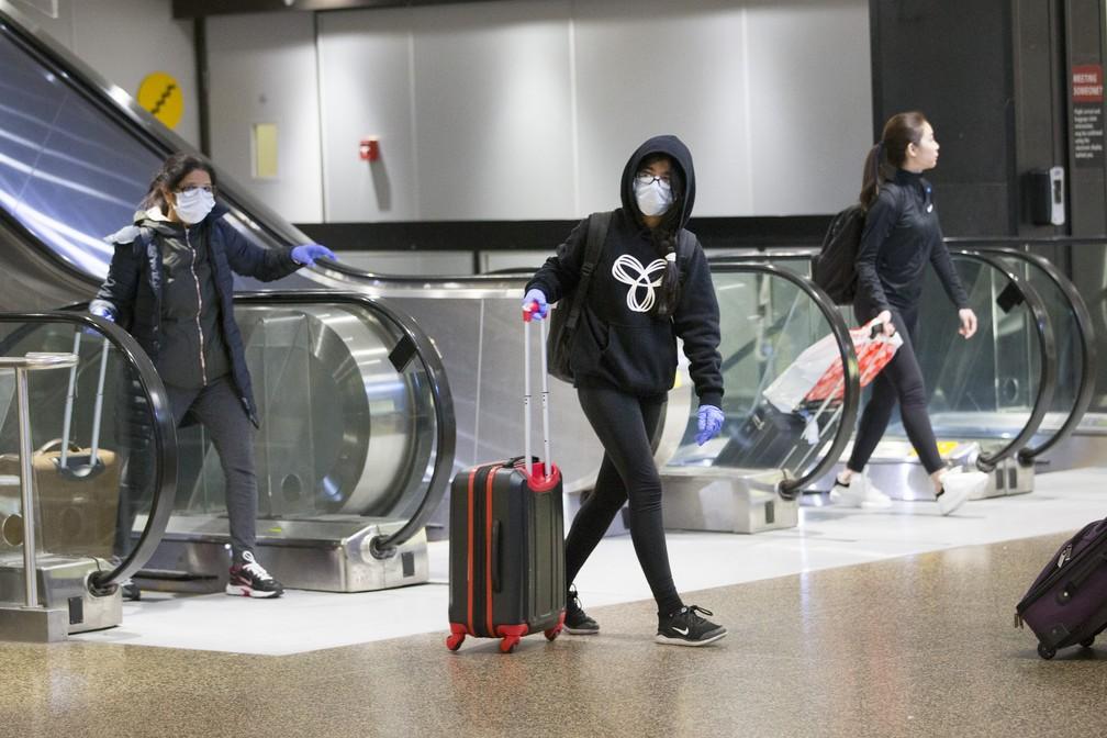 Passageiros chegam ao Aeroporto Internacional Seattle-Tacoma, nos EUA, em meio à epidemia mundial de coronavírus — Foto: Karen Ducey/Getty Images/AFP