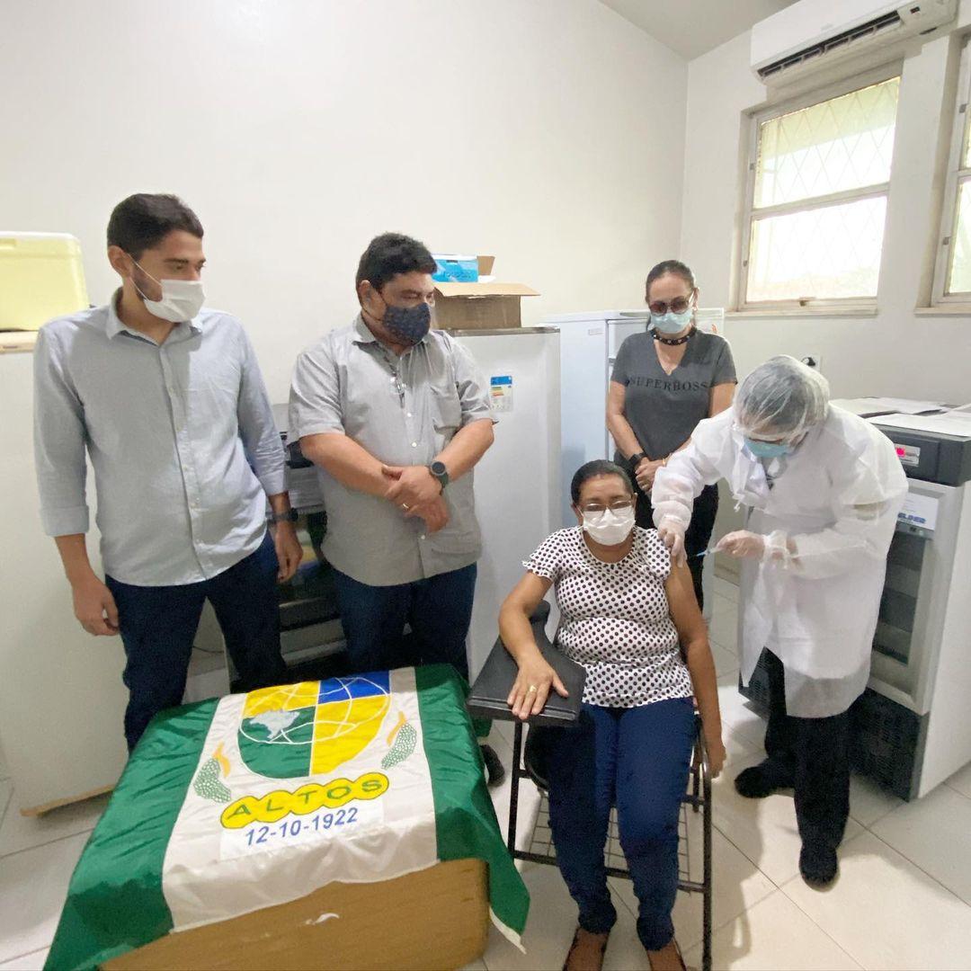 Dona Raimunda Fernandes foi a primeira vacinada da cidade - Foto: Divulgação