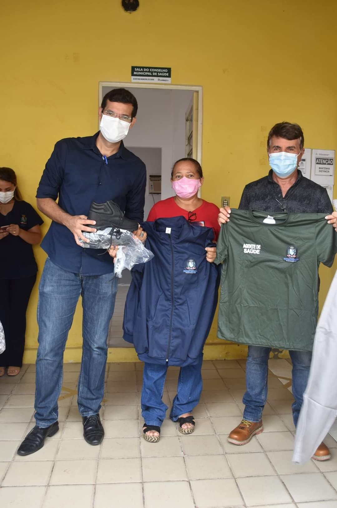 Prefeito João Luiz faz entrega de fardamento para profissionais da saúde e materiais para a vacinação contra a Covid-19 - Imagem 7
