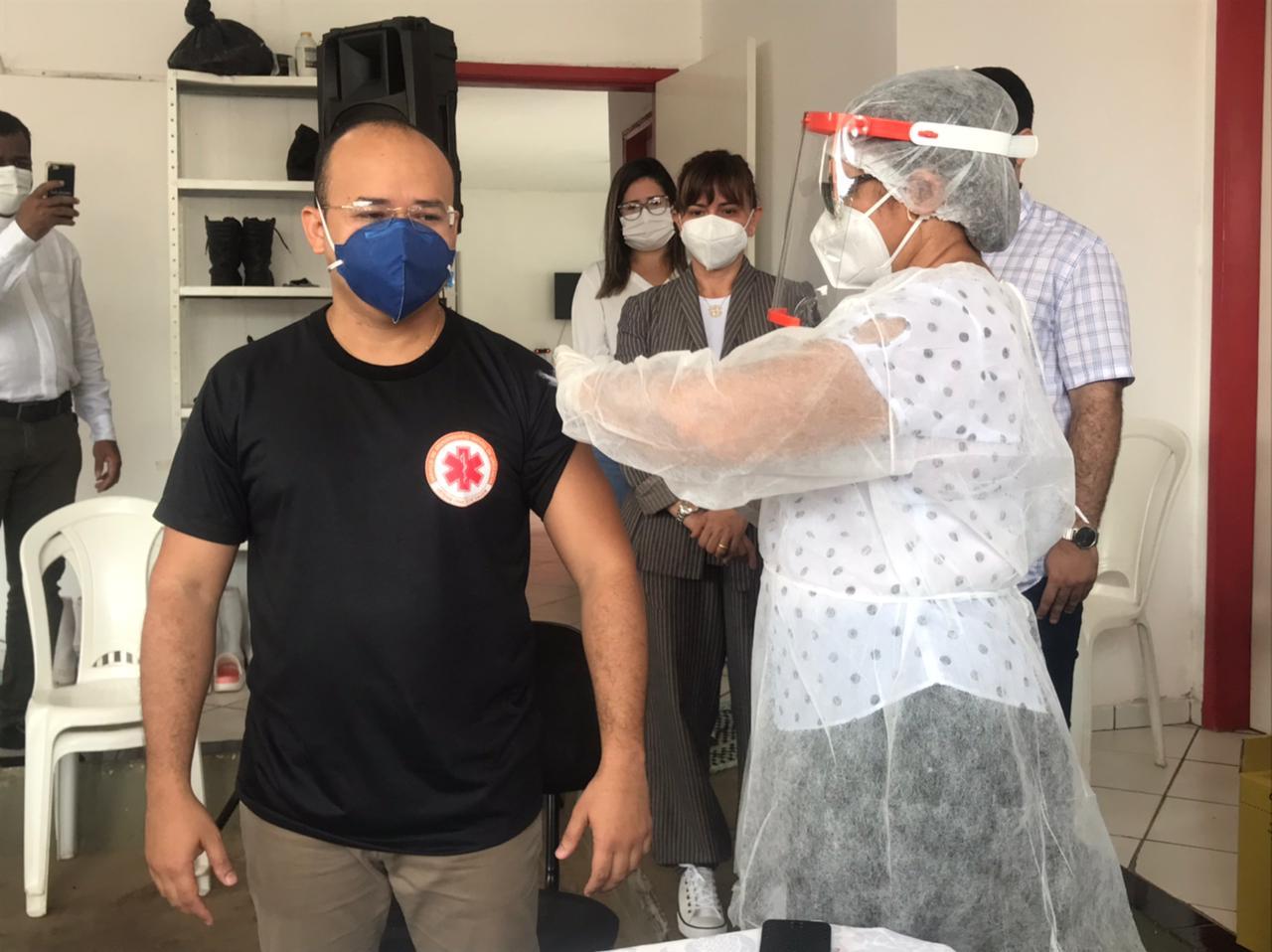Prefeita aplica primeira dose da vacina CoronaVac em Esperantina