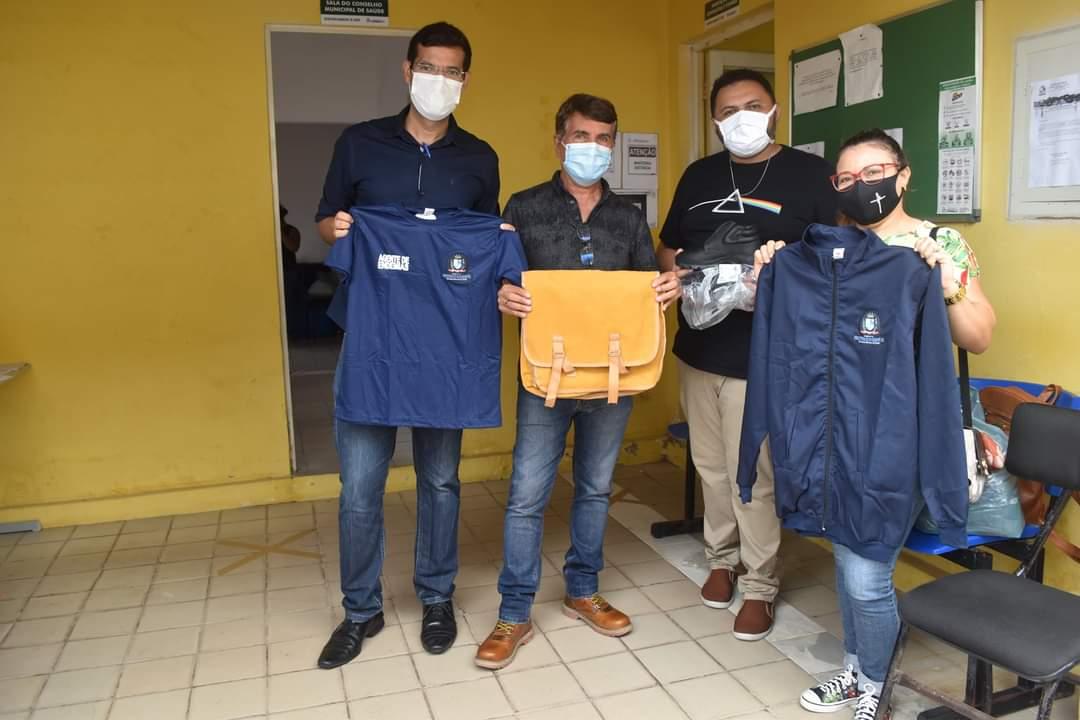 Prefeito João Luiz faz entrega de fardamento para profissionais da saúde e materiais para a vacinação contra a Covid-19 - Imagem 5