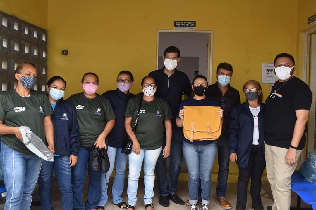 Prefeito João Luiz faz entrega de fardamento para profissionais da saúde e materiais para a vacinação contra a Covid-19 - Imagem 1