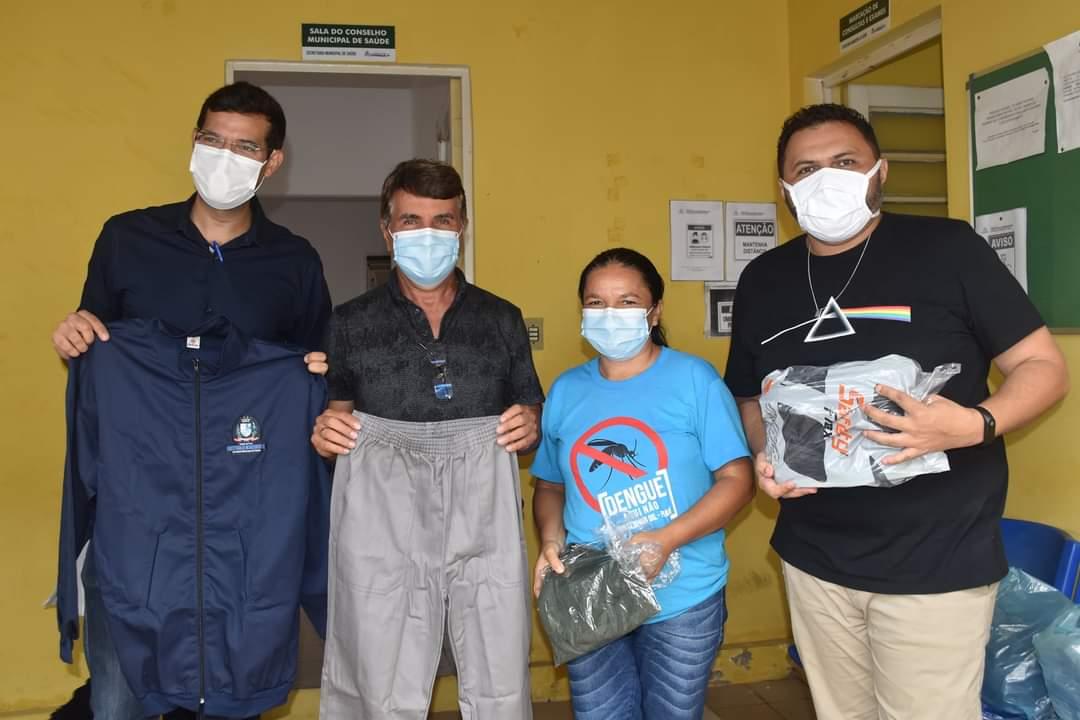 Prefeito João Luiz faz entrega de fardamento para profissionais da saúde e materiais para a vacinação contra a Covid-19 - Imagem 3