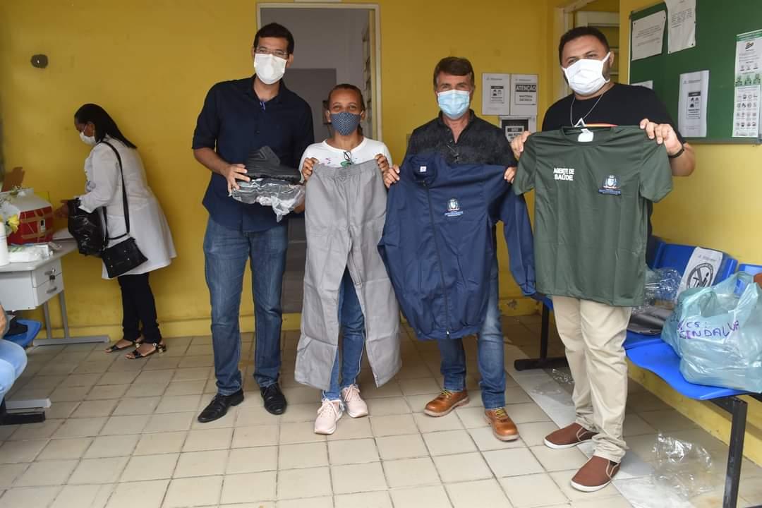 Prefeito João Luiz faz entrega de fardamento para profissionais da saúde e materiais para a vacinação contra a Covid-19 - Imagem 2