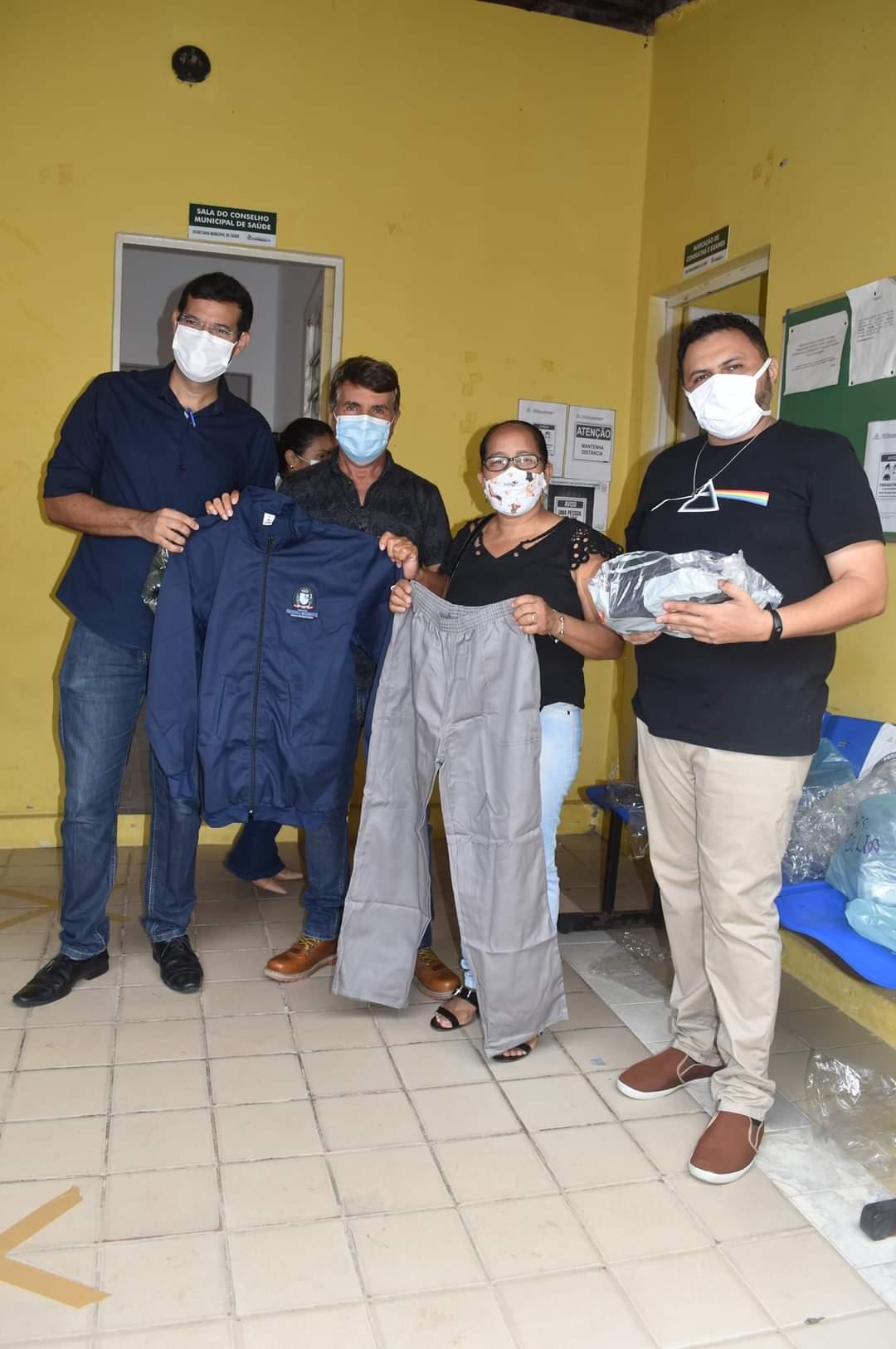 Prefeito João Luiz faz entrega de fardamento para profissionais da saúde e materiais para a vacinação contra a Covid-19 - Imagem 4