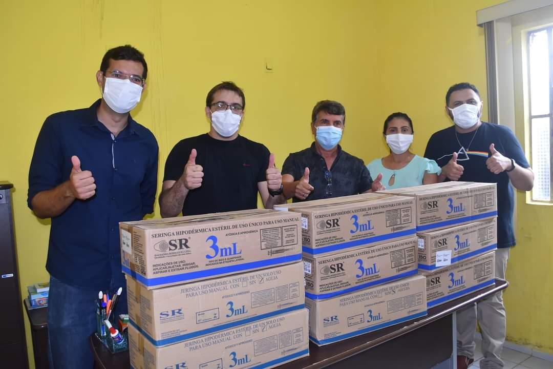 Prefeito João Luiz faz entrega de fardamento para profissionais da saúde e materiais para a vacinação contra a Covid-19 - Imagem 9