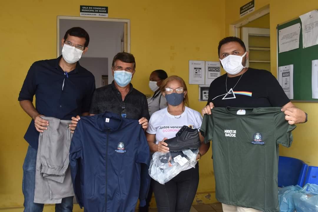 Prefeito João Luiz faz entrega de fardamento para profissionais da saúde e materiais para a vacinação contra a Covid-19 - Imagem 6