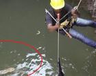 Homem arrisca sua vida para salvar cobras venenosas em poço; vídeo