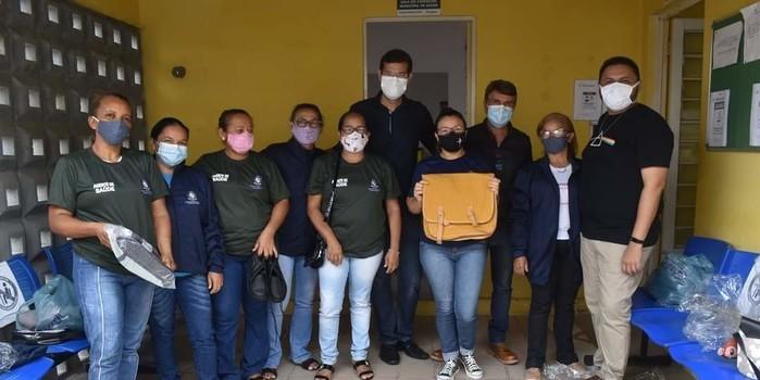 Prefeito João Luiz faz entrega de fardamento para profissionais da saúde e materiais para a vacinação contra a Covid-19