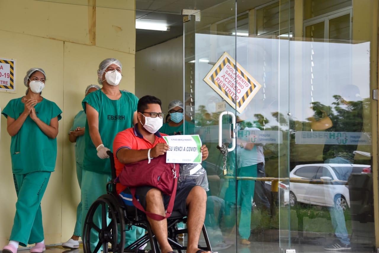 Danilo deixa hospital da UFPI (Foto: Romário Farias - SCS/UFPI)