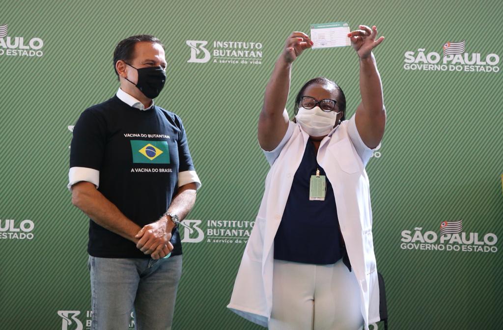 Enfermeira Mônica Calazans foi a primeira brasileira a receber dose da vacina| FOTO: Governo de São Paulo