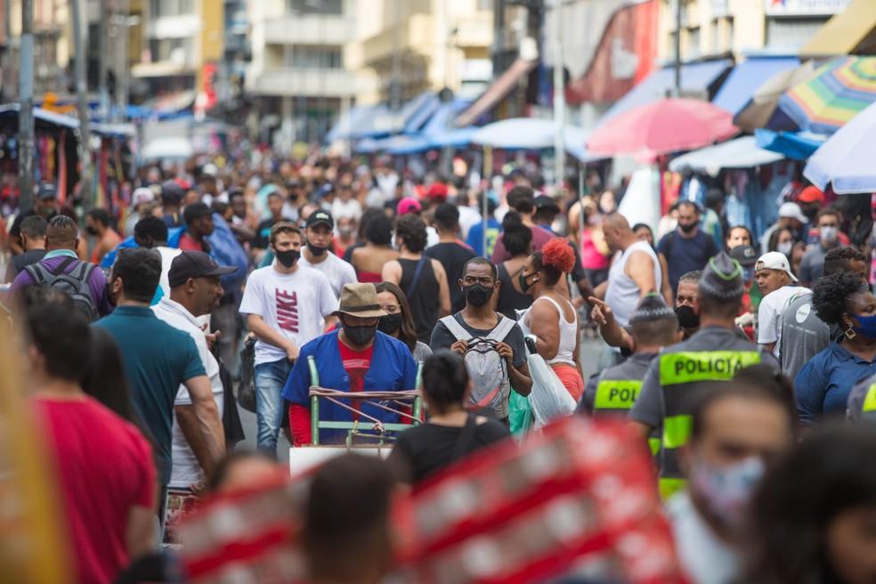 Movimentação de consumidores na Rua 25 de março em dezembro de 2020 (Foto: Tiago Queiroz)
