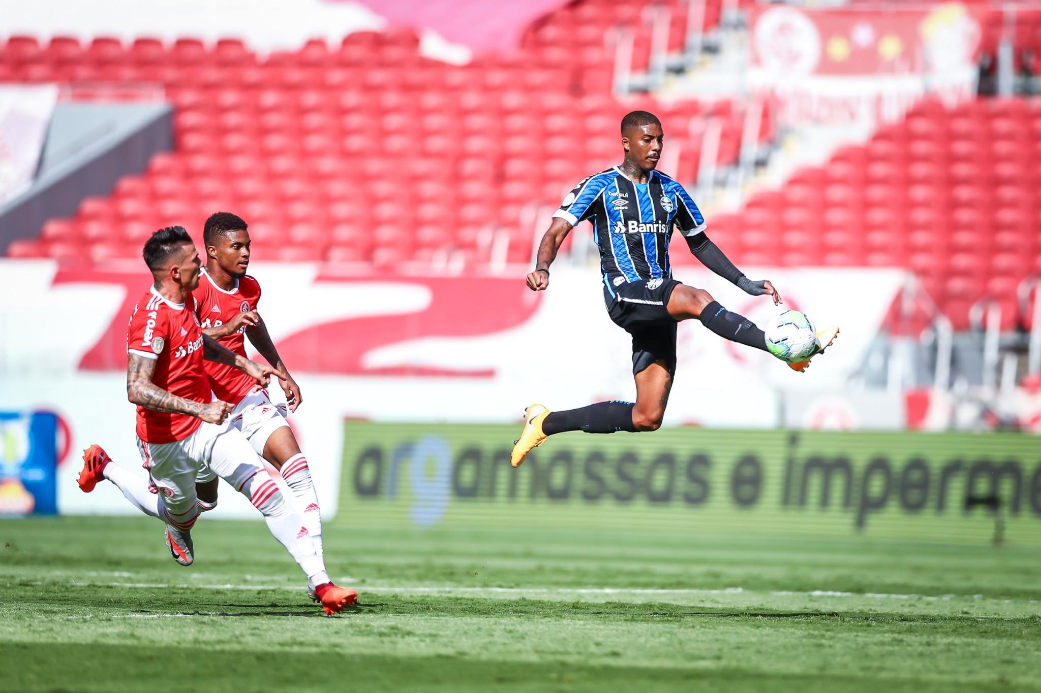 Inter vence Grêmio, encerra jejum e dispara na liderança