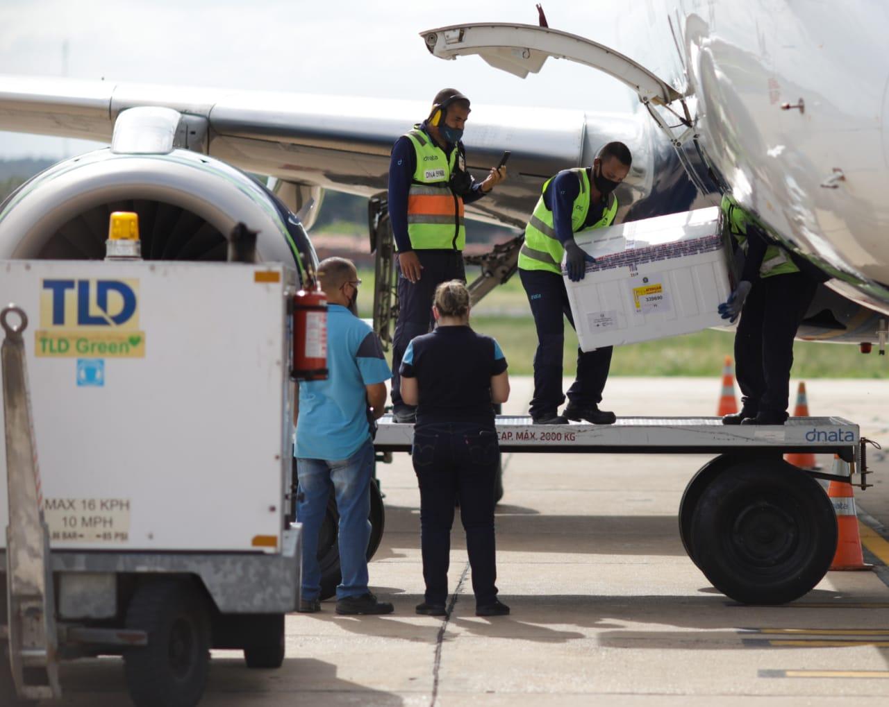 24 mil doses da vacina desembarcam no Aeroporto Petrônio Portella - Foto: Pedro Falcão/Ccom