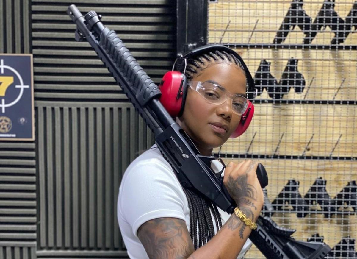 Ludmilla faz aula de tiro para Arcanjo Renegado (Foto: Divulgação)