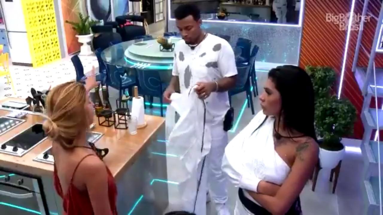 Pocah discute com Kerline, em defesa de Lucas
