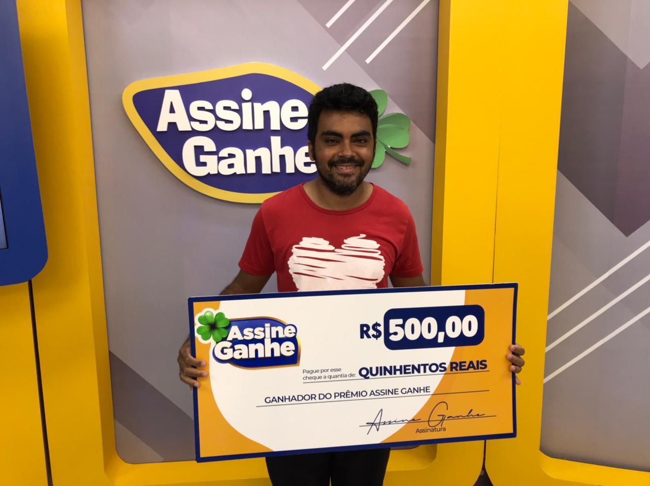 Gilberto Dias recebe premio de R$ 500 do Assine Ganhe