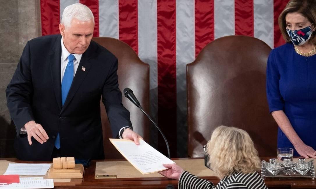 O vice-presidente dos EUA, Mike Pence, ao lado da presidente da Câmara, Nancy Pelosi