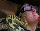 Atriz é picada por cobras no rosto ao participar de reality; vídeo