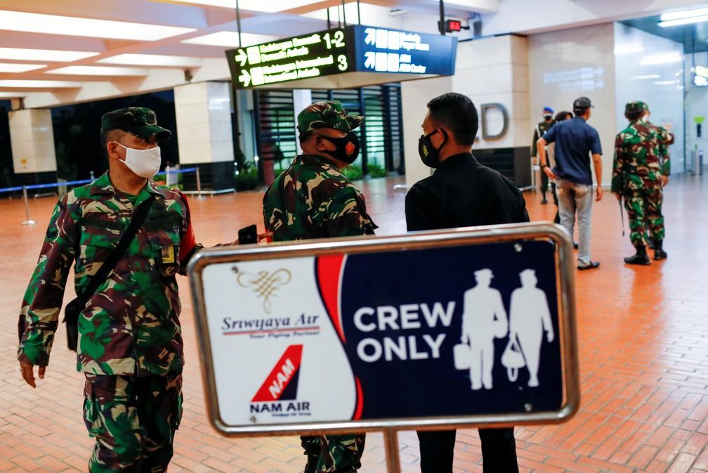 Soldados são vistos no Aeroporto Internacional Soekarno-Hatta neste sábado (9), após o desaparecimento de um Boeing 737-500 da companhia Sriwijaya Air — Foto: Willy Kurniawan/Reuters