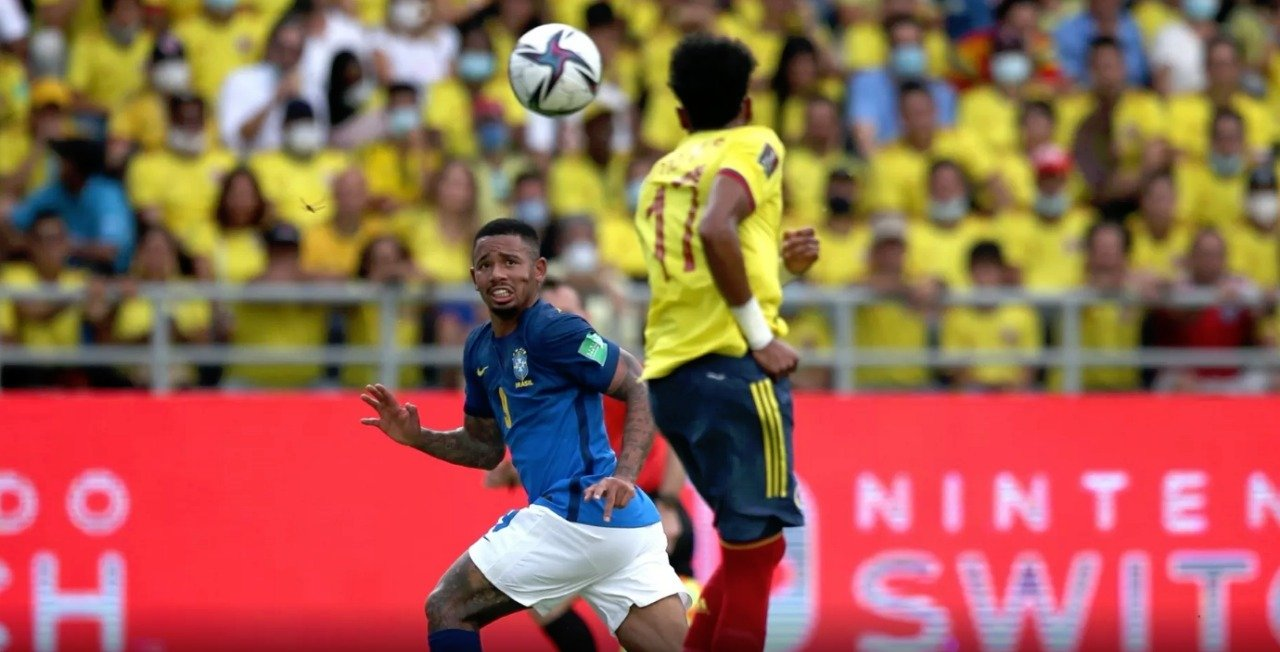 Gabriel Jesus disputa bola com jogadores da Colômbia