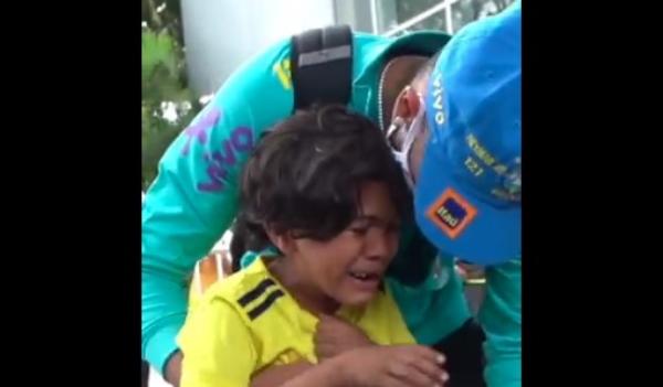 Menino colombiano se emociona ao ver Neymar após jogo em Barraquilla