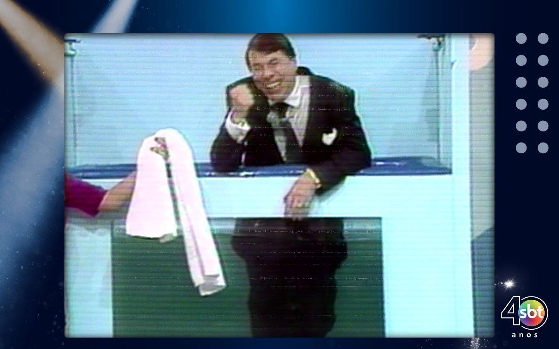 Em uma delas, Silvio Santos está dentro de uma banheira/Divulgação