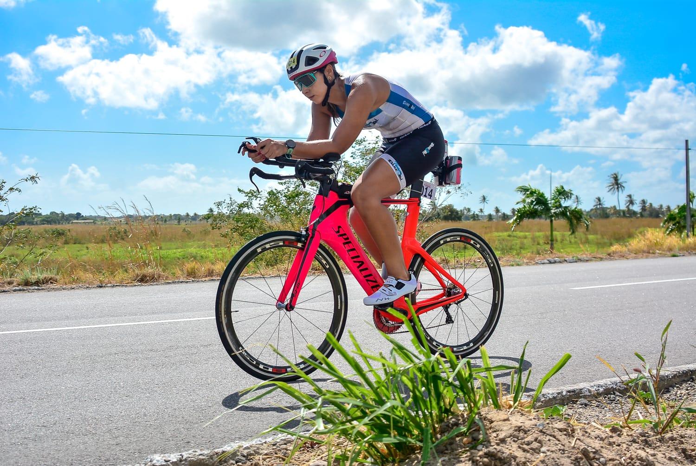 Germana durante pedaladas na bike em treinamento diário. (Foto: Arquivo Pessoal)