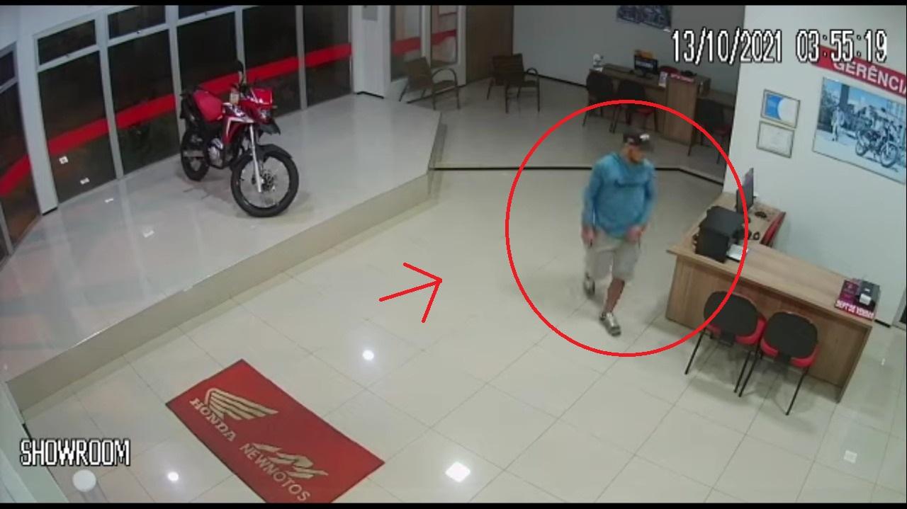 Homem invade concessionária de motos em Oeiras (Imagem: Reprodução)