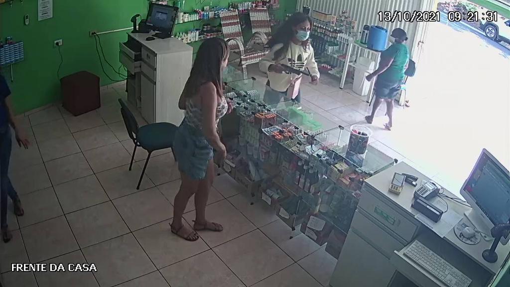 Criminosa fingiu ser uma cliente e anunciou o assalto no local - Foto: Reprodução