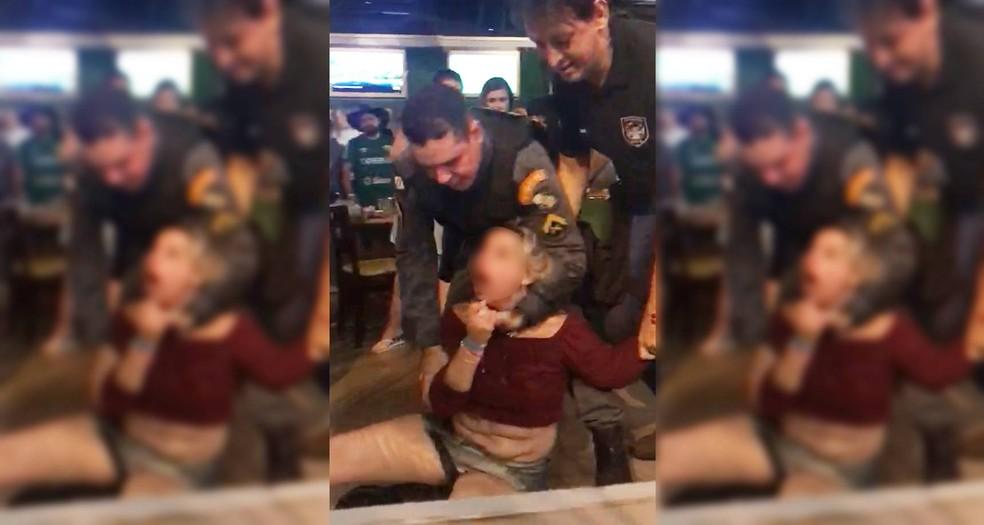 Jornalista é presa em flagrante após jogar bebida no rosto de PM