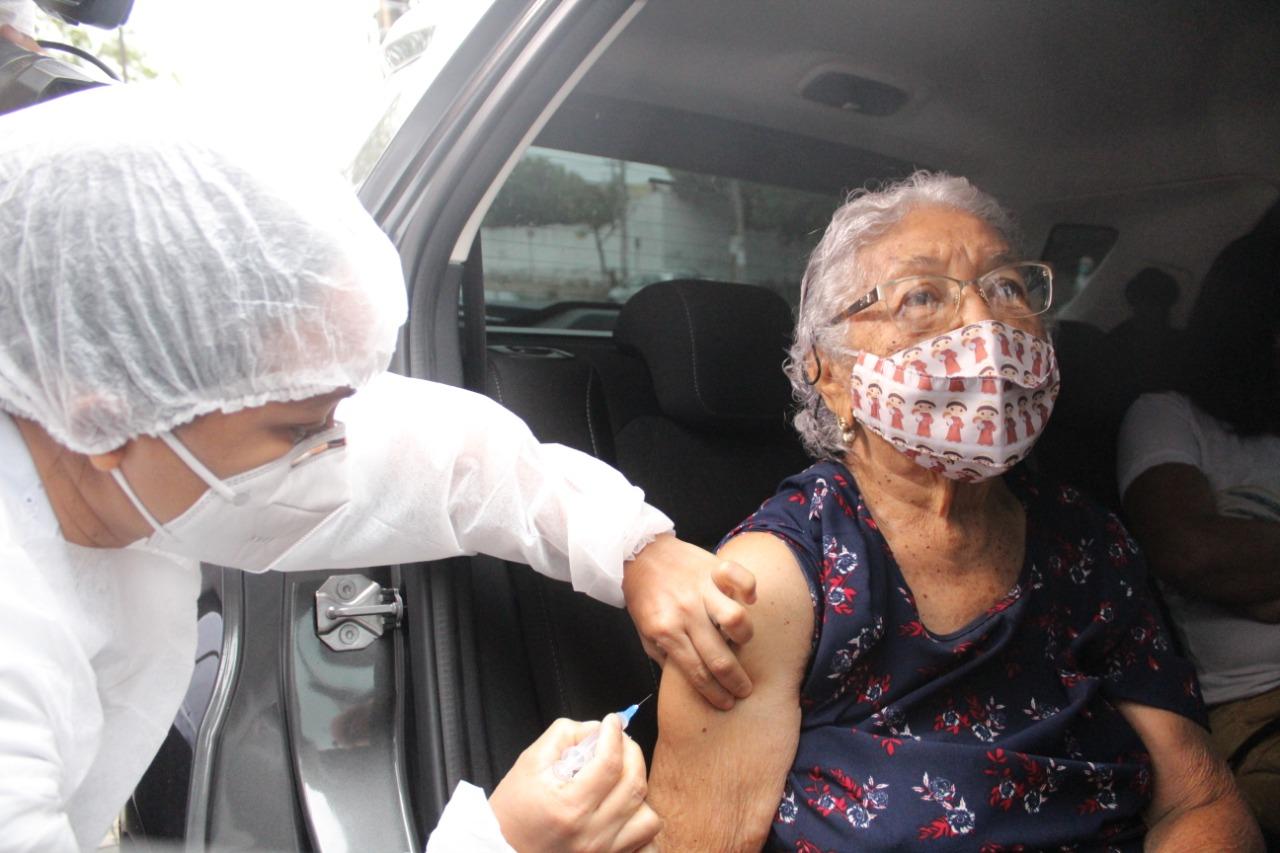 Idosos que foram de carro podem esperar no veículo para receber o imunizante - Foto: Raíssa Morais/Portal MN
