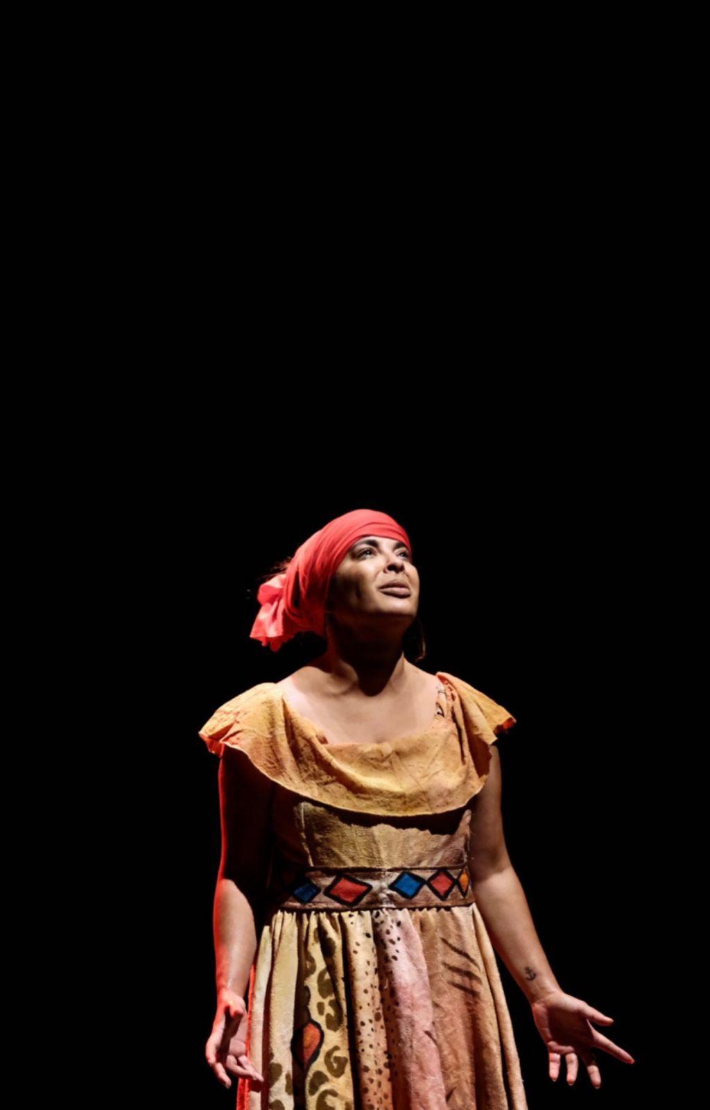 """Gyselle Soares durante a peça """"Uma escrava chamada Esperança"""" - Foto: Tibério Hélio"""