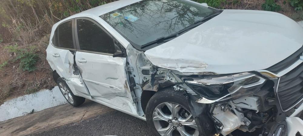 Motorista tenta fazer ultrapssagem e colide em carro
