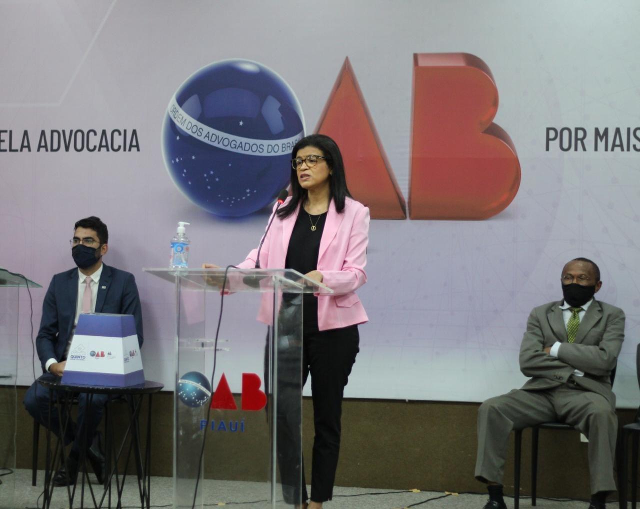 Hildeth Evangelista durante debate entre candidatos que concorrem à vaga de desembargador do TJ-PI