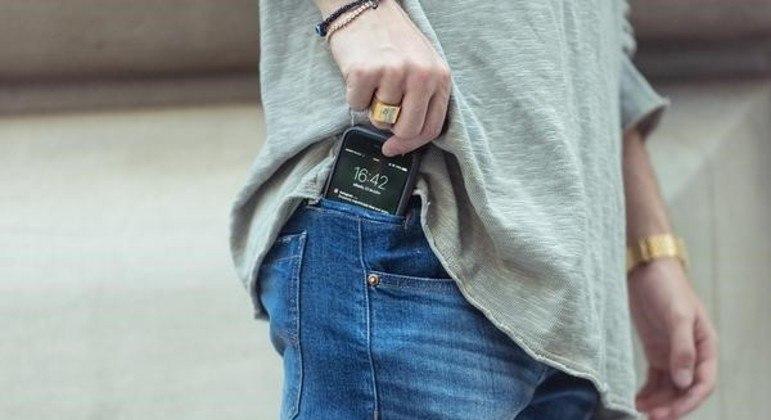 Homem têm costumde por o celular no bols ada calça. (Foto: Reprodução - Record TV)