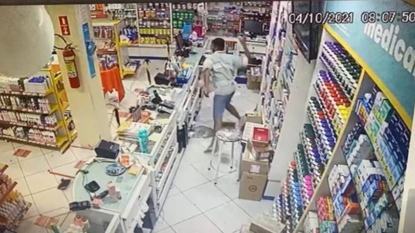 Assaltrante fica furioso e destrói farmácia em Fortaleza