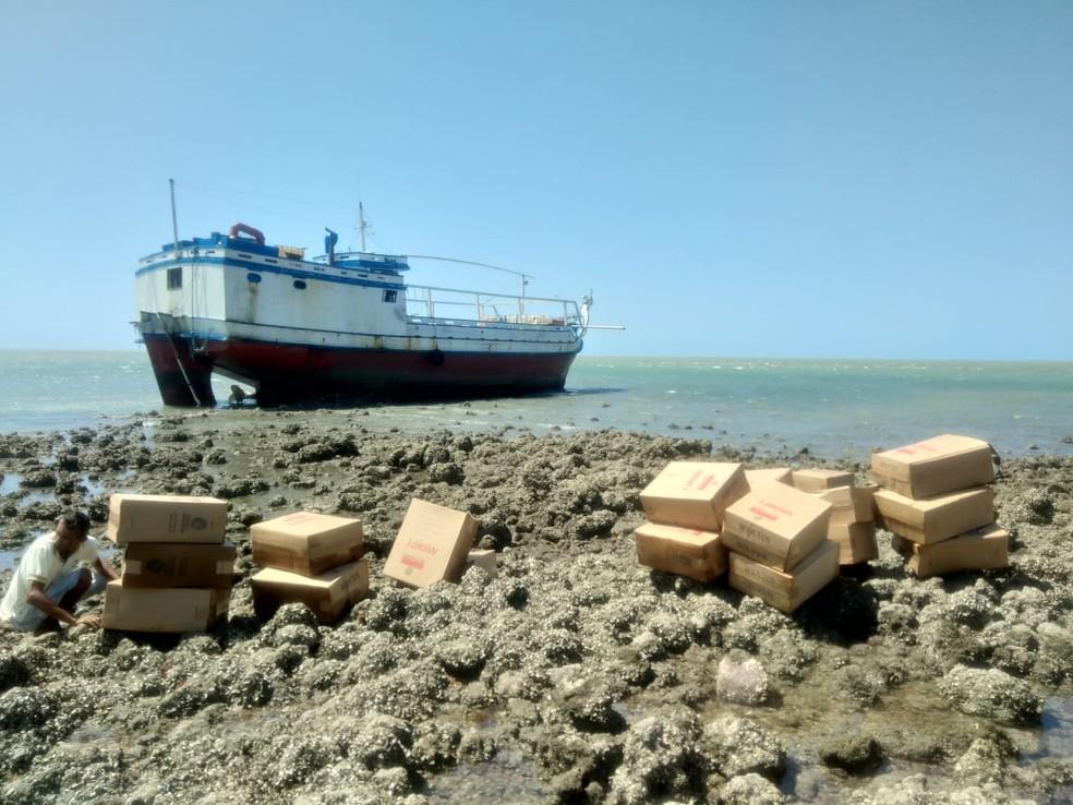 Embarcação encalhada com carga de cigarro contrabandeado no Litoral do Piauí — Foto: Divulgação/Polícia Federal