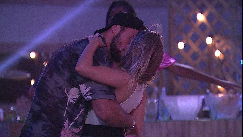 Carla Diaz e Arthur trocaram beijos durante festa do líder no BBB21