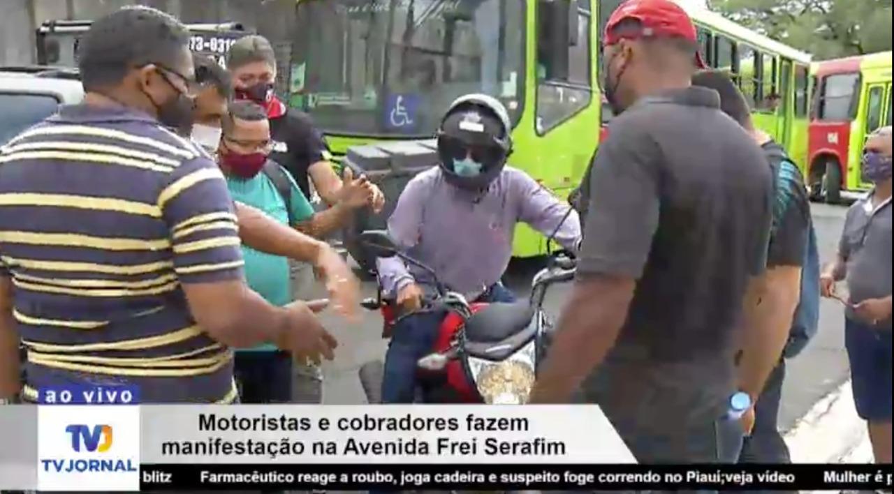 Manifestantes impedem a passagem de carros e motos no Centro de Teresina - Foto: Reproduçao/TV Jornal MN