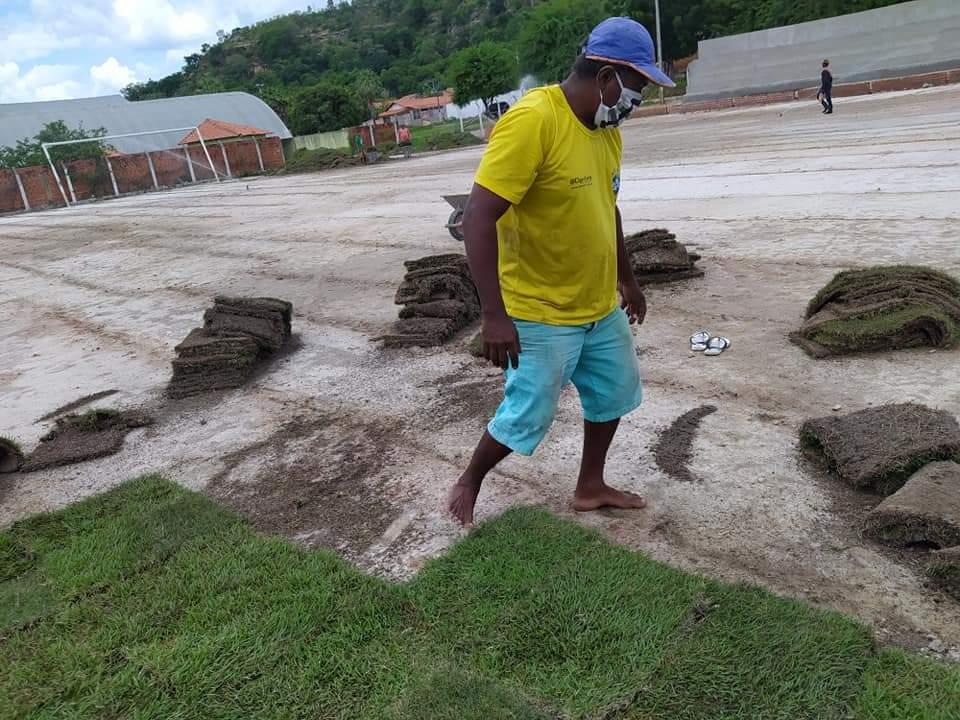 Prefeito de Monsenhor Gil, João Luiz, visita Estádio Cariocão para conferir a implantação do Gramado - Imagem 1