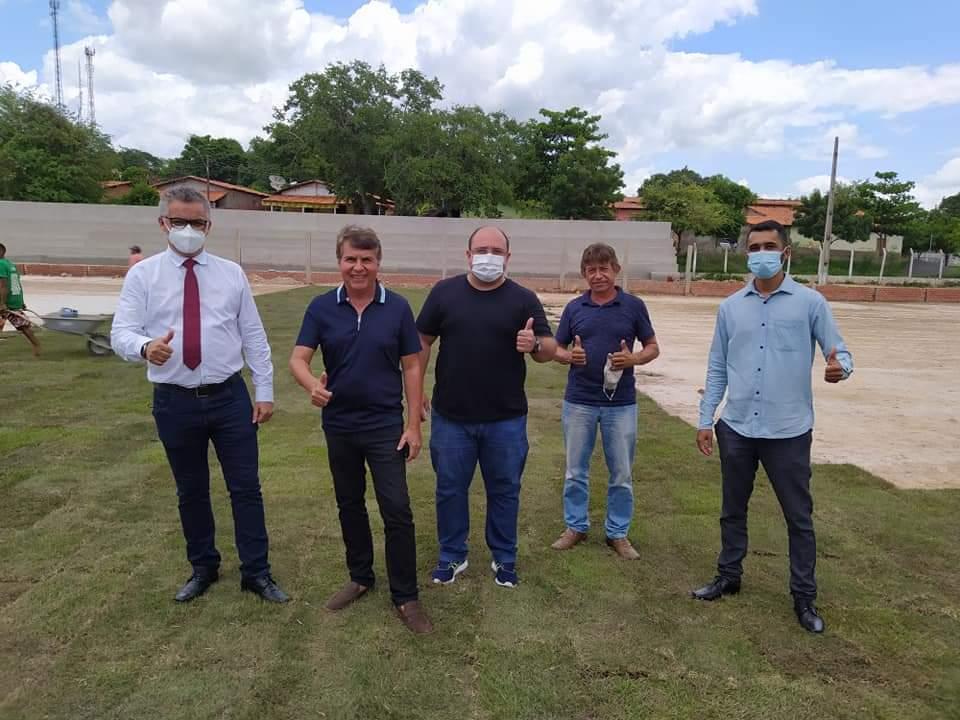 Prefeito de Monsenhor Gil, João Luiz, visita Estádio Cariocão para conferir a implantação do Gramado - Imagem 2